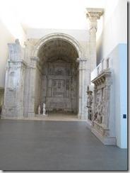 O altar demontado e remontado no museu