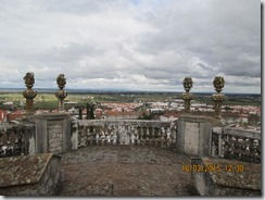 Vista ao fundo da torre da Sé